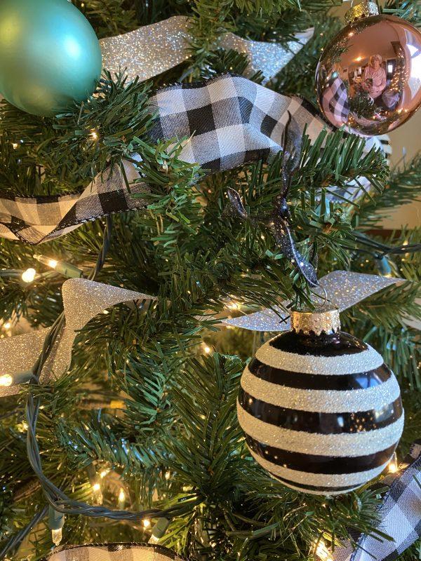 Farmhouse Sparkel Tree Black and White Balls